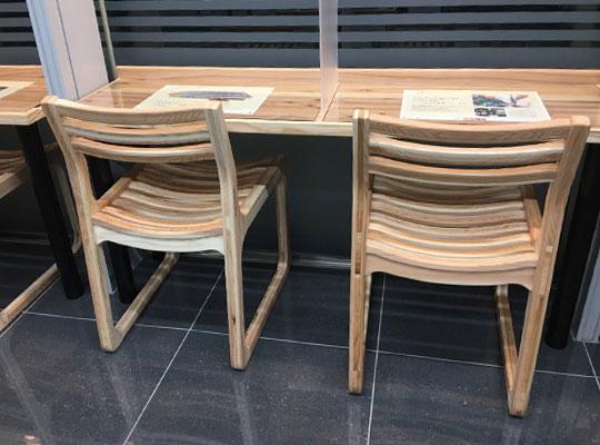 セブン-イレブン千代田二番町店 イートインスペースのテーブル・椅子